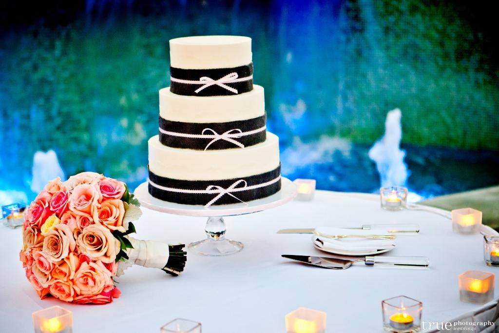 black-burlap-with-tiny-ribbon-cake-1024x683