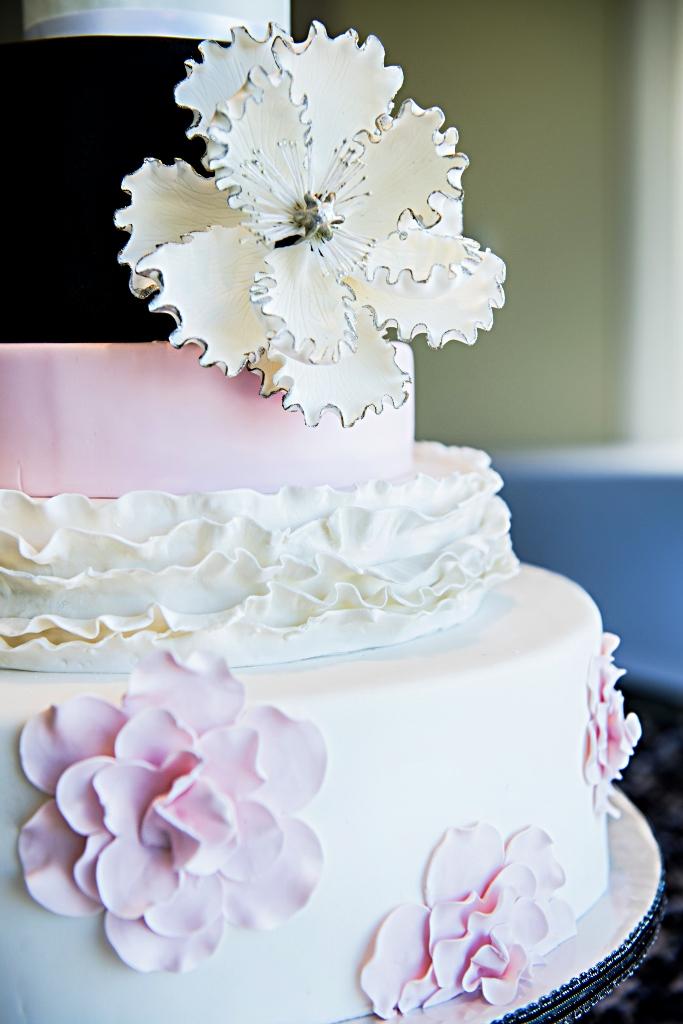 black-white-wedding-cake-with-blush-details-loews-coronado-shoot-spotlight-photo-studios-15