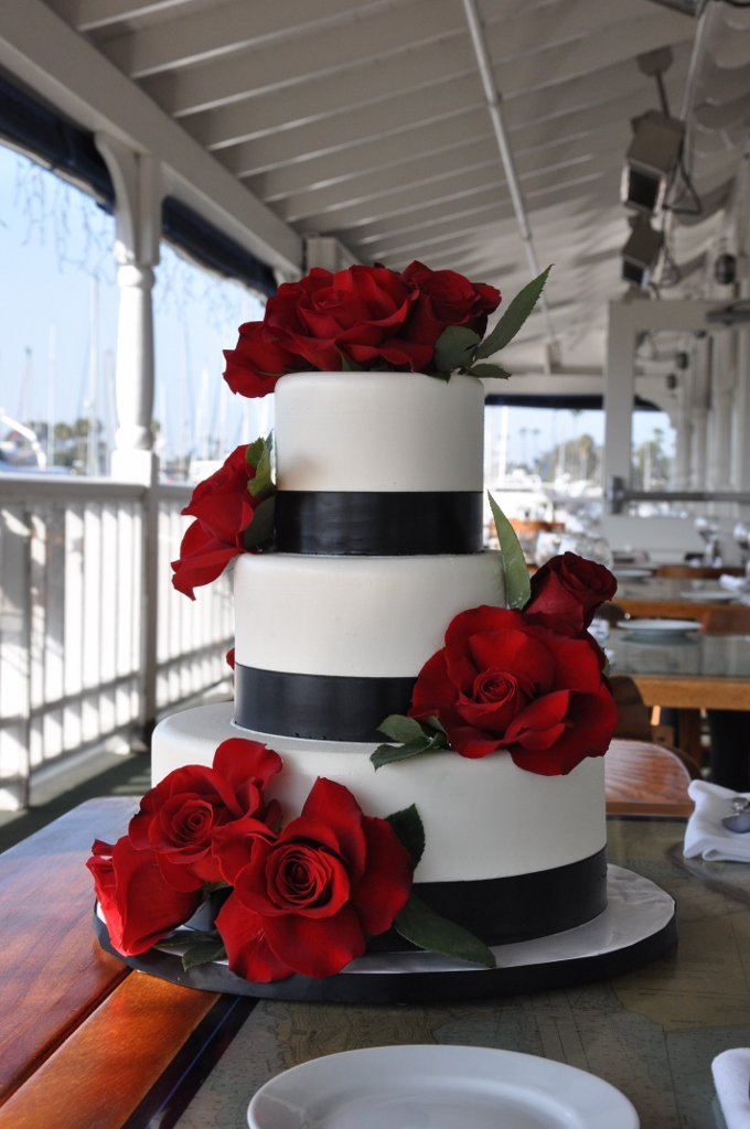 black-white-wedding-cake-with-red-roses