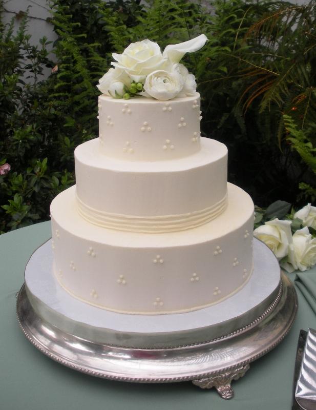 classic-garden-wedding-cake-on-low-silver-plateau-617x800