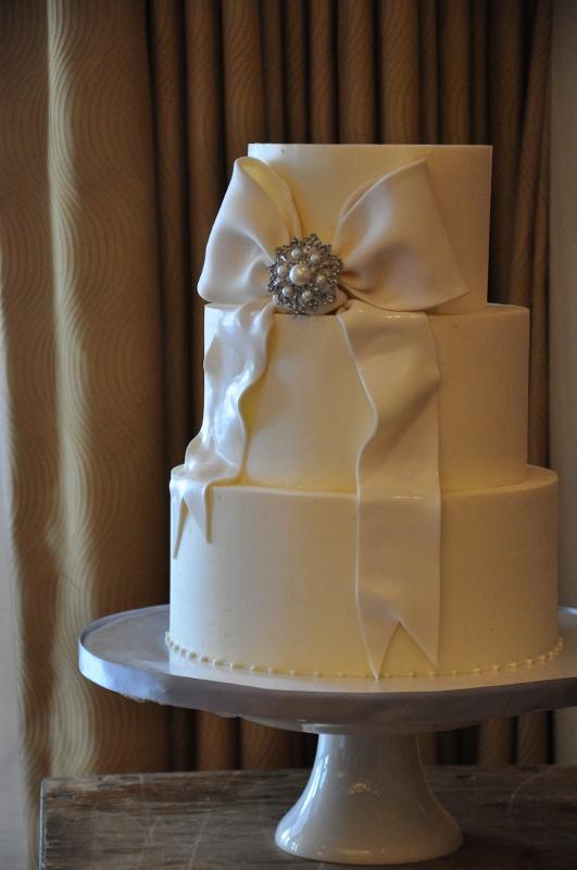 fondant-bow-with-brooch-elegant-wedding-cake-sweet-cheeks-2-531x800