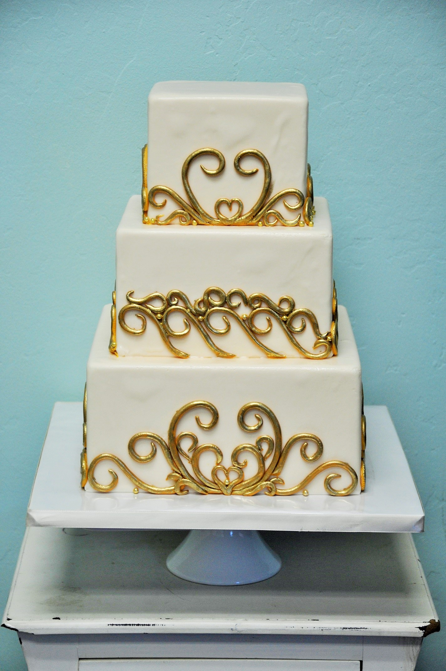 gold-fondant-scroll-square-wedding-cake