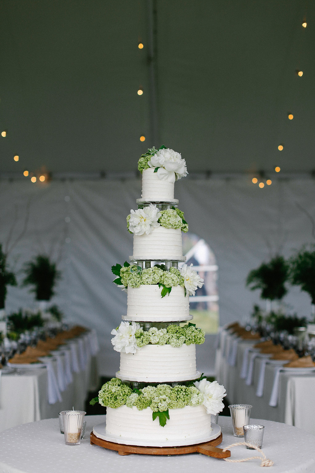 hydrangea-wedding-cake-horizontal-texture-columns-sweet-cheeks-lk-griffin-photo