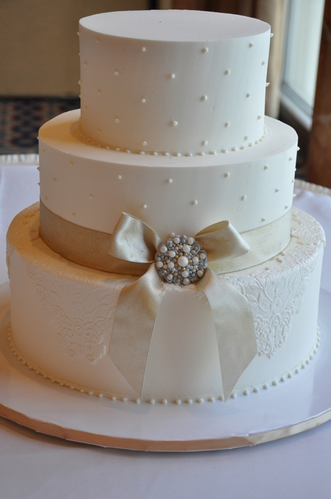 lace-cake-with-brooch-all-edible