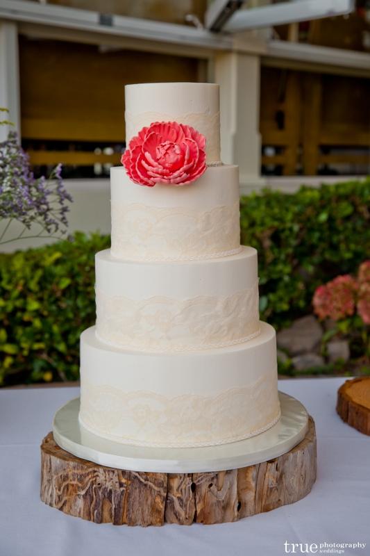 lucy_kirk-lace-wedding-cake-533x800