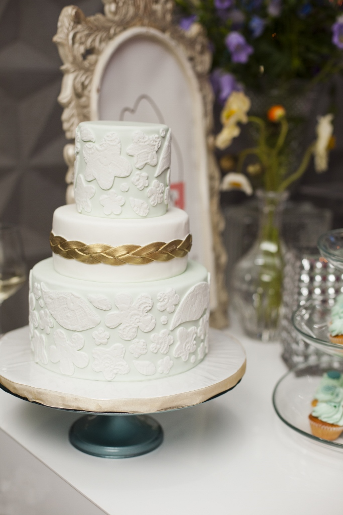 mint-gold-wedding-cake-sweet-cheeks-baking-luna-photography