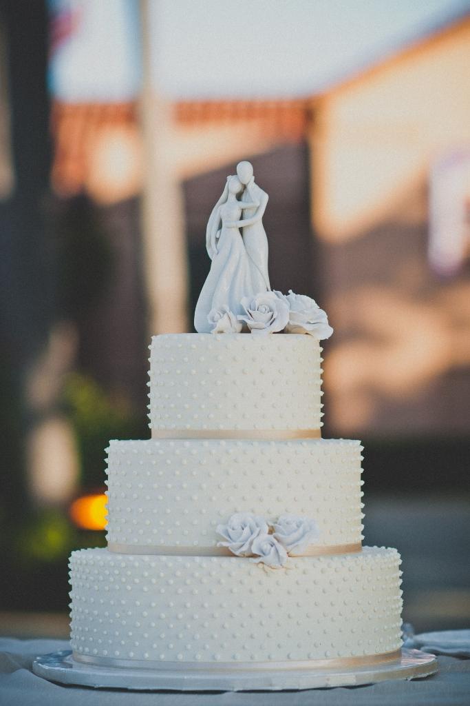 nexttome-studios-dots-wedding-cake
