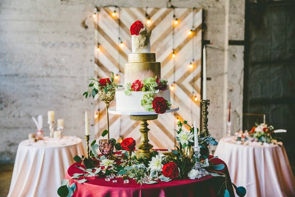 painted-gold-blush-wedding-cake-with-red-roses