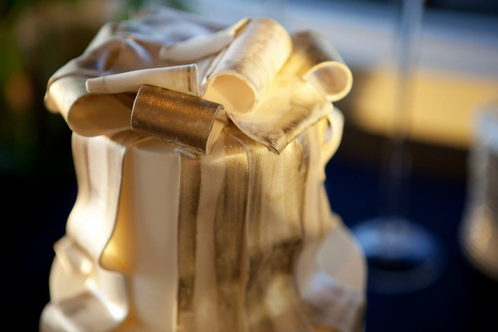 painted-gold-ribbon-wedding-cake-kabingue-1024x683