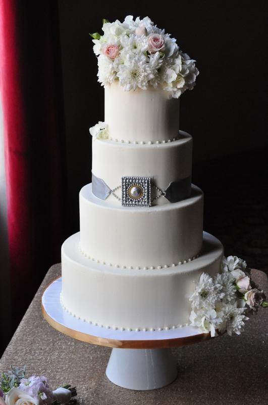silver-gold-edible-brooch-wedding-cake-sweet-cheeks-531x800