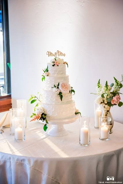 spackled-fluff-buttercream-with-fresh-flowers-greenery-by-sweet-cheeks-at-lomas-by-true-photo