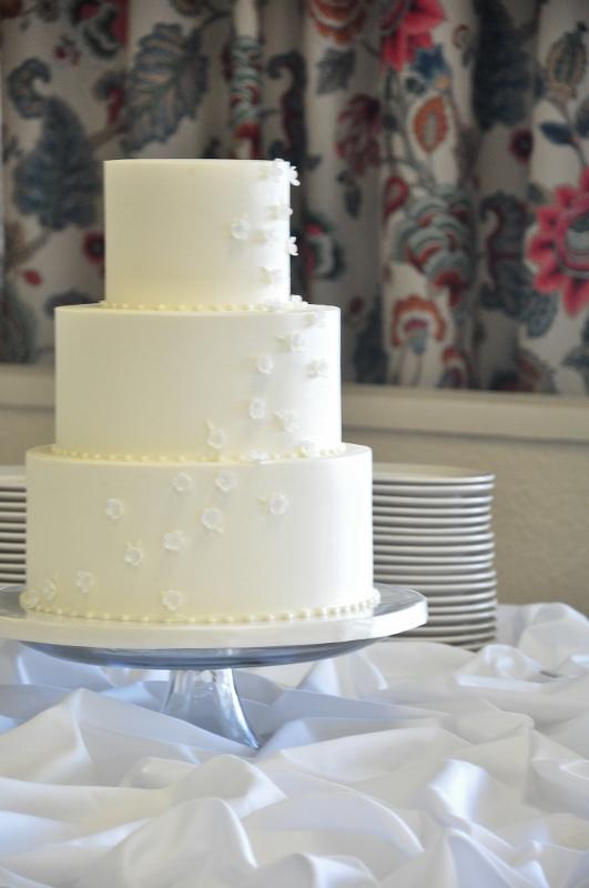tiny-white-flowers-3-tier-wedding-cake-531x800