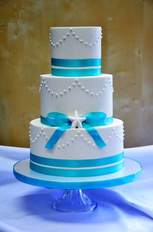 turquoise-ribbon-white-chocolate-starfish-wedding-cake-529x800