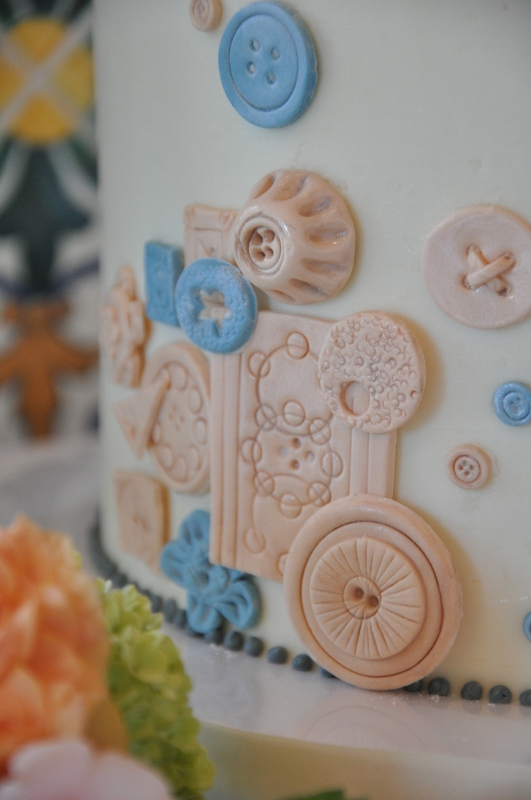 vintage-button-cake-and-cupcakes-2