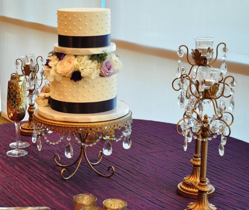 wedding-cake-split-tiers-flowers-black-ribbon-dotted-swiss-3-800x675