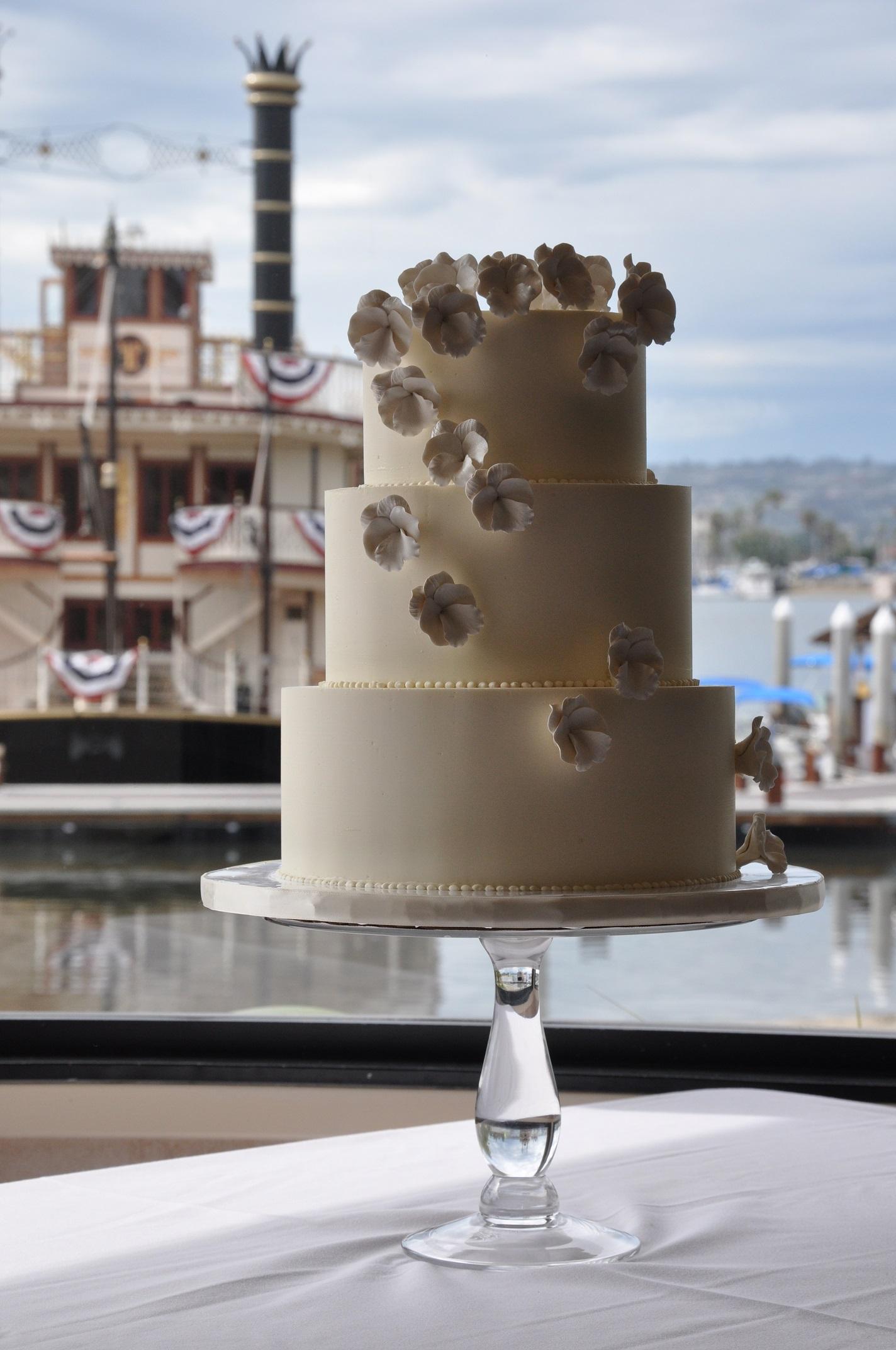 white-sugar-pansies-wedding-cake-at-bahia-1